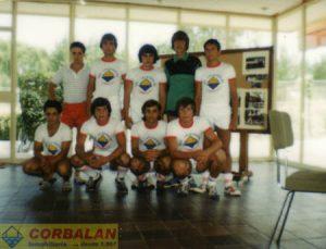 También una imagen de aproximadamente 25 años con parte de los componentes del equipo de fútbol que patrocinábamos.